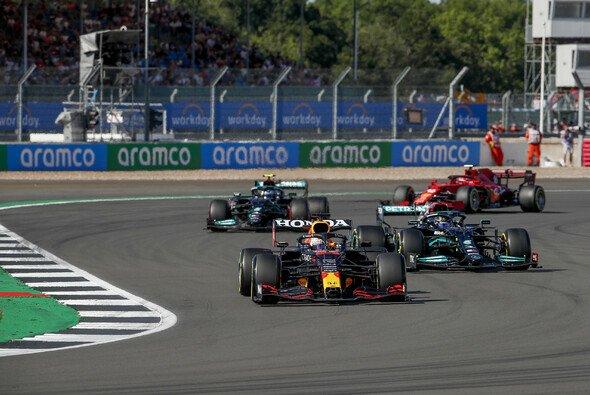 Nach dem schweren Unfall auf der in Silverstone schimpft Red Bull über die Fahrweise von Lewis Hamilton - Foto: LAT Images