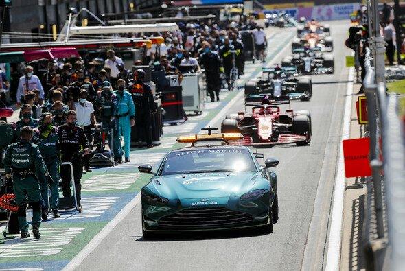Glück für Mercedes: Ohne den Rennabbruch nach dem Verstappen-Crash wäre der GP für Hamilton vorbei gewesen. - Foto: LAT Images