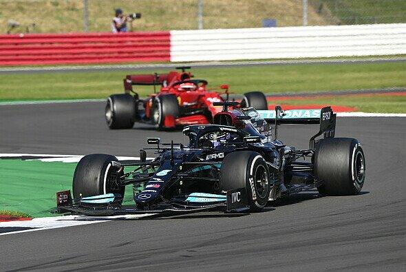 Lewis Hamilton kassierte in Silverstone zehn Sekunden Strafe - Foto: LAT Images