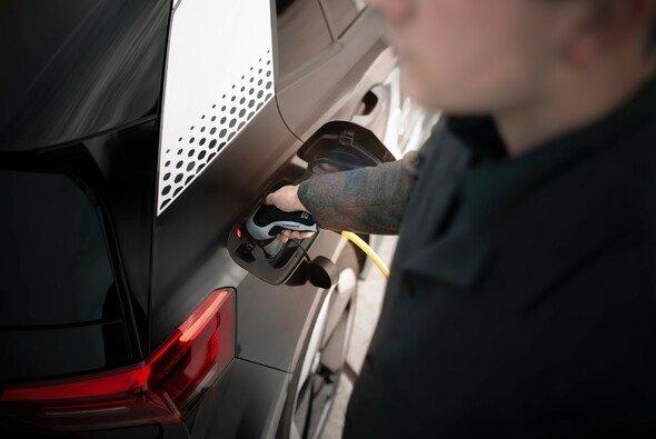 Die Europäischen Kommission will die Elektromobilität ausbauen - Foto: Maxim Hopman/Unsplash