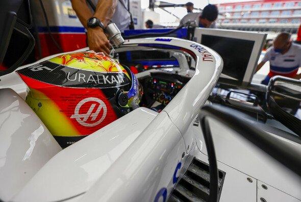 Mick Schumacher fährt seit Silverstone mit einem neuen Helmdesign - Foto: LAT Images