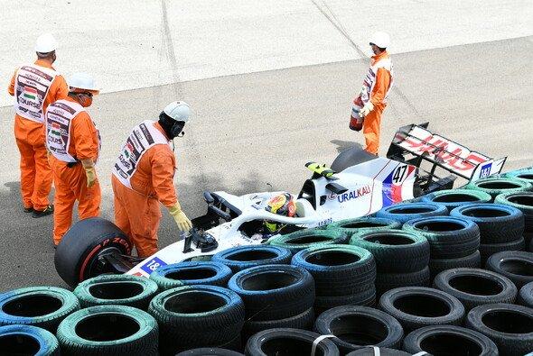 Mick Schumacher beendete das 3. Training zum Ungarn GP im Reifenstapel - Foto: LAT Images