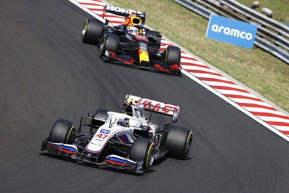 Mick Schumacher setzte sich beim Formel-1-Rennen in Ungarn gegen Max Verstappen im Red Bull zur Wehr - Foto: LAT Images