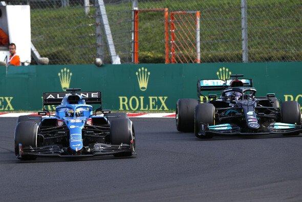 Fernando Alonso vs. Lewis Hamilton: Dieses Duell brachte viele Fans zum Grinsen - Foto: LAT Images