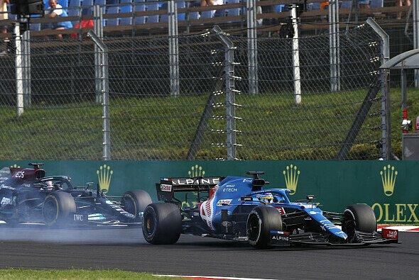 Alonso verbremst sich: Erst nach zehn Runden Zweikampf verliert Fernando P4 an Hamilton. - Foto: LAT Images