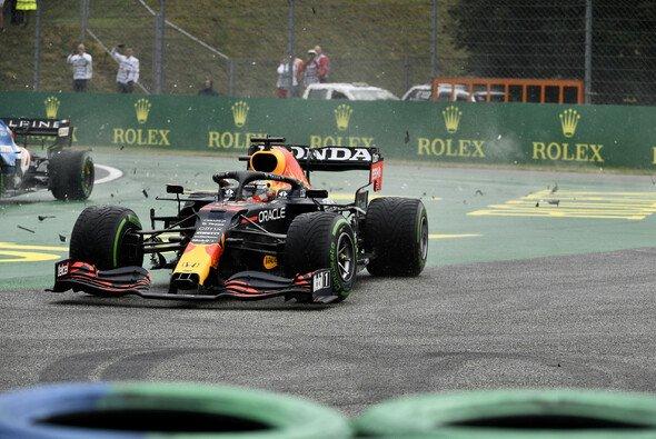 Verstappen nach dem Unfall: Trotz schwerer Schäden erreicht sein Red Bull das Ziel. - Foto: LAT Images