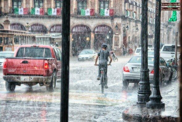Starke Regenfälle können zur Gefahr für Autos werden - Foto: Genaro Servin von Pexels