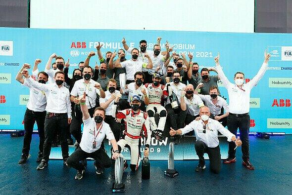Beim Doppelsieg in Puebla: Audi feiert mit Lucas di Grassi und Rene Rast - Foto: Audi Communications Motorsport