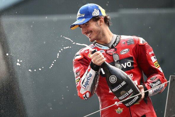 Francesco Bagnaia feiert seinen 1. MotoGP-Sieg - Foto: LAT Images