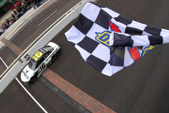 A.J. Allmendinger gewinnt das 24. Rennen der Regular Season auf dem Indianapolis Motor Speedway Road Course - Foto: NASCAR
