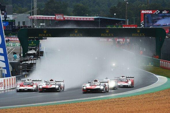 Start in Le Mans: Nur Sekunden später krachte es zwischen Glickenhaus und Toyota. - Foto: LAT Images