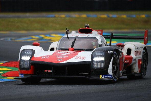 Toyota führt bei den 24 Stunden von Le Mans - Foto: LAT Images