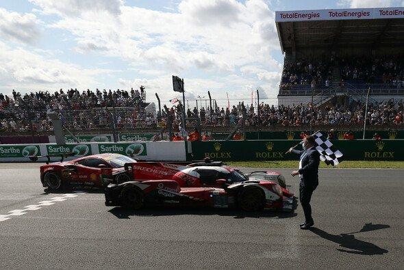 Robin Frijns überquert die Ziellinie in Le Mans. Nur um Haaresbreite wird in diesem Moment ein Unglück verhindert. - Foto: LAT Images