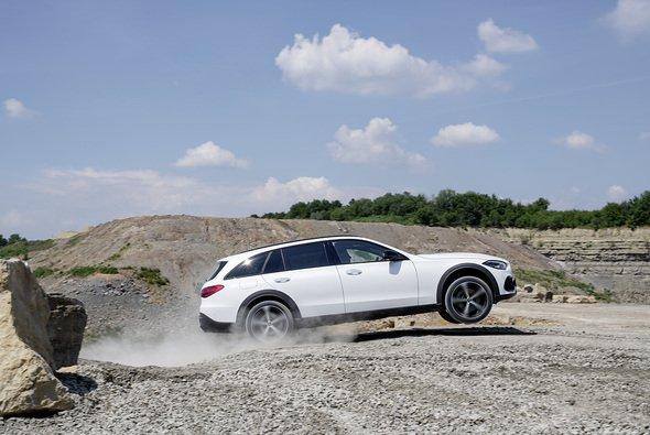 Das neueste Modell der Mercedes C-Klasse kann auch abseits befestigter Straßen sicher bewegt werden - Foto: Mercedes-Benz AG