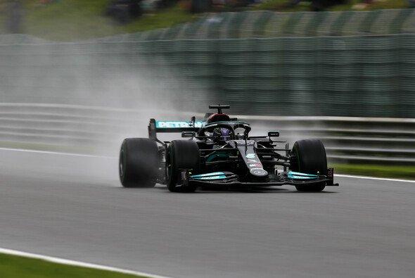 Der Heckflügel auf Lewis Hamiltons Mercedes ist trotz Regen klein - Foto: LAT Images