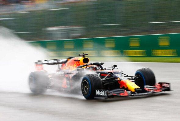 Max Verstappen eroberte im chaotischen Regen-Qualifying der Formel 1 in Spa-Francorchamps die Pole Position - Foto: LAT Images