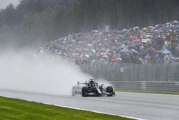 Lewis Hamilton ist nach dem Zwei-Runden-Rennen der Formel 1 in Spa-Francorchamps sauer - Foto: LAT Images