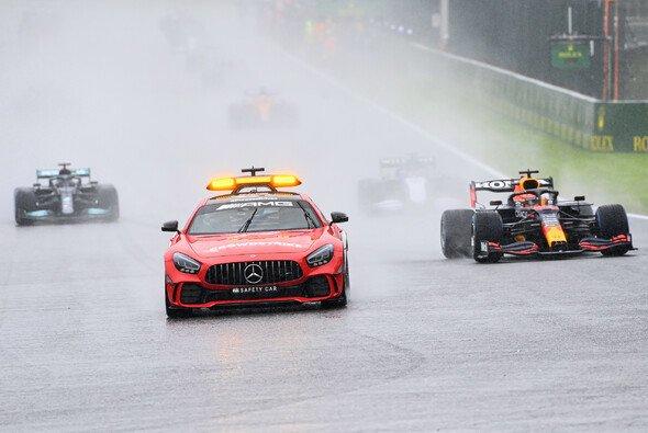 FIA-Boss Jean Todt kündigt an: Regeln, die zum Belgien-Chaos führten werden unter die Lupe genommen. - Foto: LAT Images