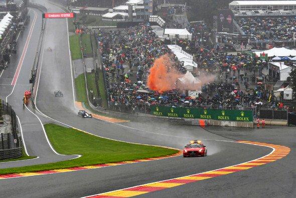 Die Formel 1 sieht sich nach dem Spa-Chaos scharfer Kritik ausgesetzt - Foto: LAT Images