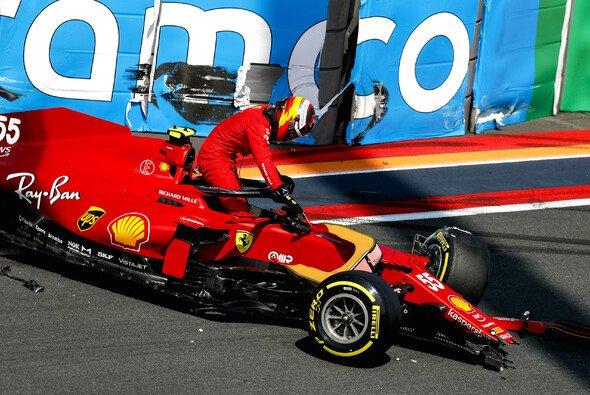 Carlos Sainz setzte seinen Ferrari im dritten Freien Training in die Streckenbegrenzung - Foto: LAT Images
