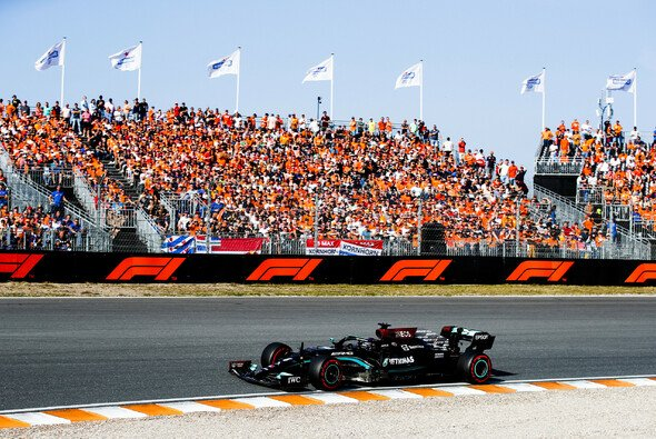 Beinahe crashte Lewis Hamilton die Oranje-Party in Zandvoort - Foto: LAT Images