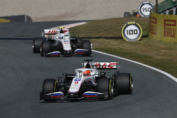 Mick Schumacher und Nikita Mazepin setzen ihren Zoff des Vortags im Rennen nahtlos fort - Foto: LAT Images