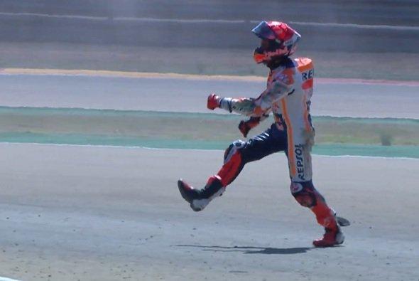 Marc Marquez war nach dem Sturz sichtlich verärgert - Foto: Screenshot/MotoGP
