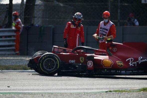 Carlos Sainz muss nach einem heftigen Unfall im 2. Training um die Teilnahme am Sprint-Qualifying bangen - Foto: LAT Images