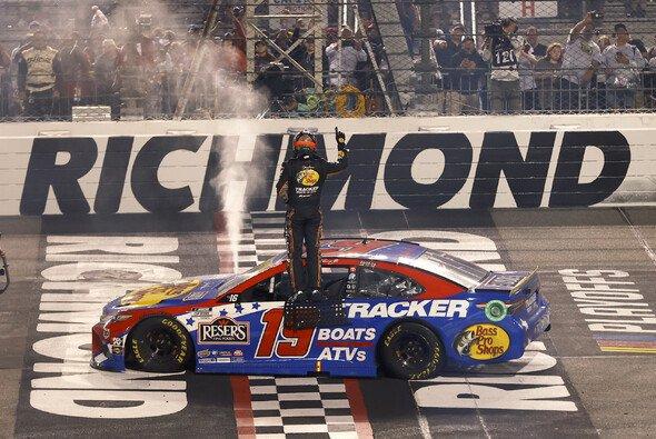 Martin Truex Junior gewinnt das 28. Saisonrennen auf dem Richmond Raceway - Foto: LAT Images