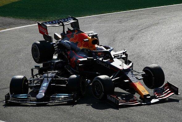 Max Verstappen und Lewis Hamilton kollidieren in Monza - Foto: LAT Images
