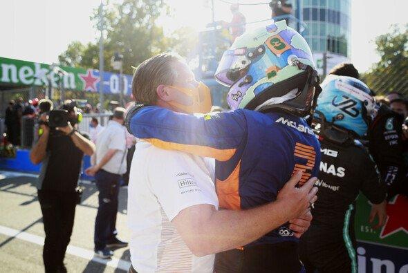 Zak Brown versprach Daniel Ricciardo beim Wechsel zu McLaren eine besondere Belohnung - Foto: LAT Images