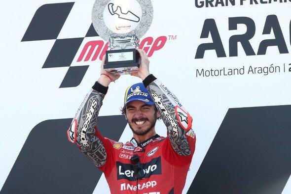 Valentino Rossi freut sich mit Sieger Pecco Bagnaia - Foto: LAT Images