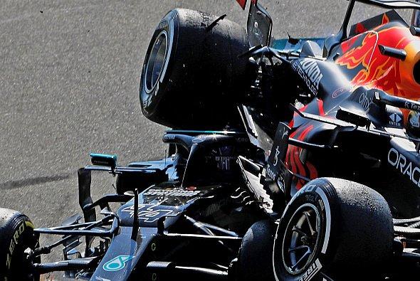 Max Verstappens rechtes Hinterrad traf Lewis Hamilton nicht nur am Halo, sondern auch am Helm - Foto: LAT Images