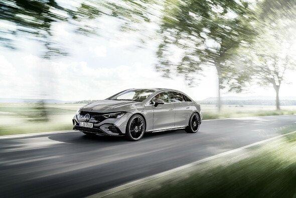 Der neue Mercedes EQE bietet viel Platz im Innenraum - Foto: Mercedes-Benz AG