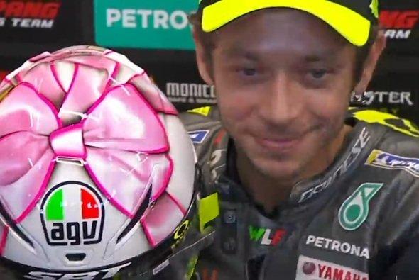 Valentino Rossi mit seinem rosa Helm - Foto: Screenshot/MotoGP