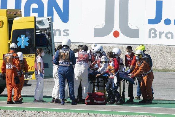 Mit einem Krankenwagen musste Tom Sykes nach seinem Unfall in Barcelona abtransportiert werden. - Foto: LAT Images