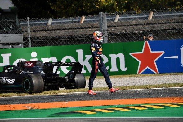 Max Verstappen verlässt den Unfallort, Lewis Hamilton versucht noch weiterzufahren - Foto: LAT Images