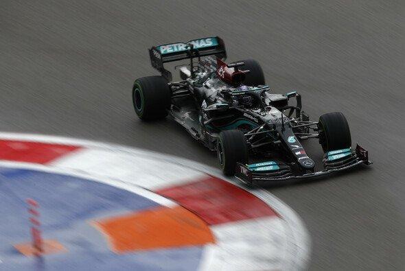 Formel-1-Weltmeister Lewis Hamilton gewann im Regen von Sotschi seinen 100. Grand Prix - Foto: LAT Images