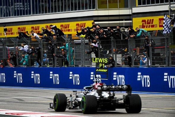 Lewis Hamilton gibt die Lorbeeren für seinen 100. Sieg weiter an Mercedes - Foto: LAT Images