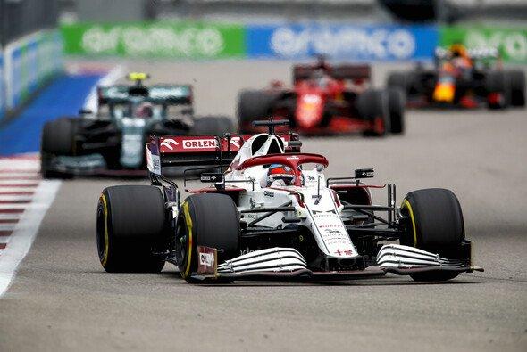 Kimi Räikkönen hielt in Sotschi Vettel, Leclerc und Verstappen lange Zeit hinter sich - Foto: LAT Images