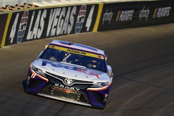 Denny Hamlin gewinnt das 30. Saisonrennen auf dem Las Vegas Motor Speedway - Foto: LAT Images