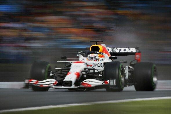 Max Verstappen sieht sich im Kampf gegen Mercedes chancenlos - Foto: LAT Images
