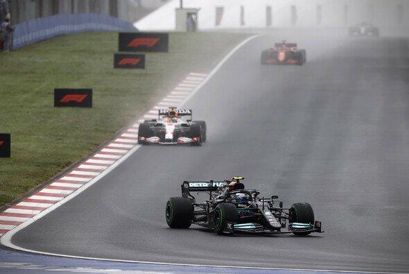 Heute in der Formel 1: Bottas führt vor Verstappen, Hamilton pflügt durchs Feld - Foto: LAT Images