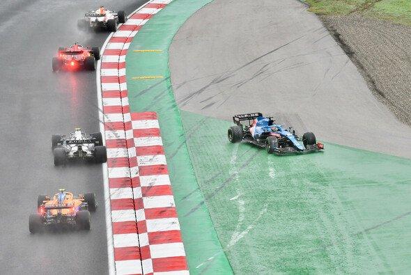 Nach Kontakt mit Pierre Gasly verabschiedete sich Fernando Alonso in die Auslaufzone - Foto: LAT Images
