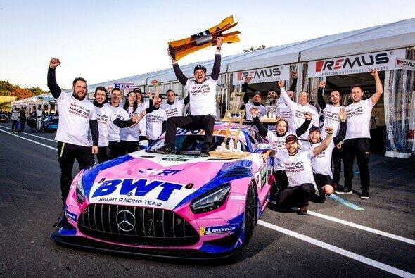 Maximilian Götz feiert den DTM-Titel mit seinem Mercedes-Team HRT - Foto: DTM