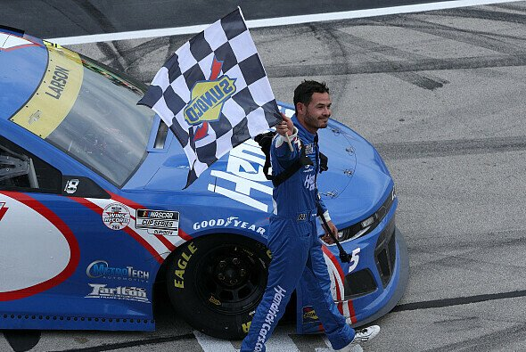Kyle Larson gewinnt das 33. Saisonrennen auf dem Texas Motor Speedway - Foto: NASCAR