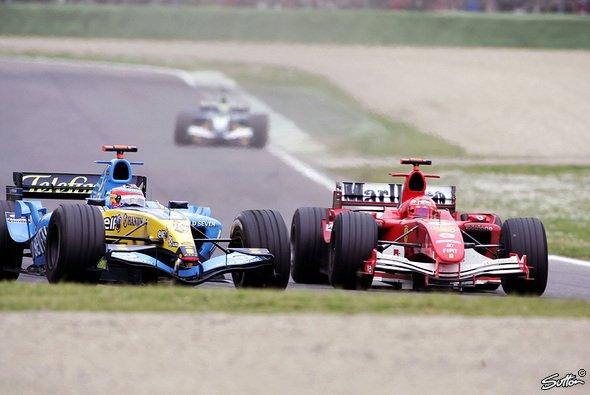 Michael Schumacher fand keinen Weg vorbei an Fernando Alonso - Foto: Sutton