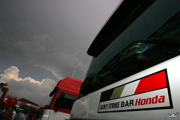 Dunkle Wolken über dem BA·R-Motorhome - Das Team kann bereits wieder abbauen... - Foto: Sutton