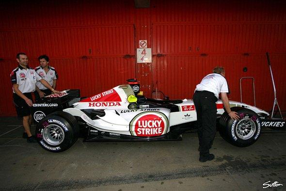 Der 007 bleibt bis zum Nürburgring in der Garage. - Foto: Sutton