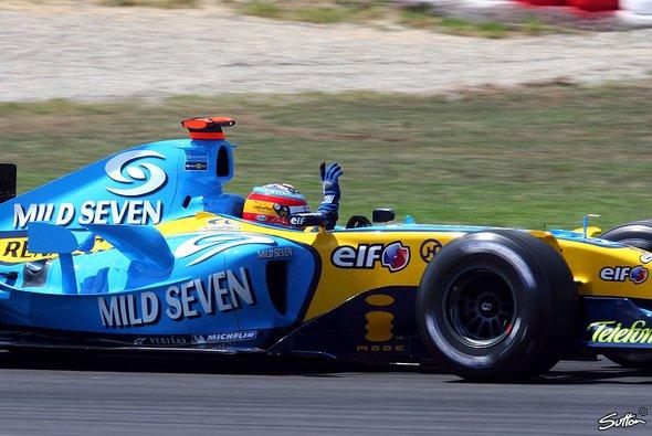 Auf seiner schnellen Runde hatte Fernando keine Zeit um die Fans zu grüßen. - Foto: Sutton
